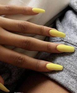 μακριά κίτρινα γυναικεία νύχια για το μανικιούρ του καλοκαιριού