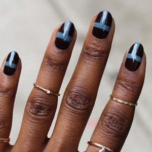 μπλε γραμμή σε μαύρα νύχια