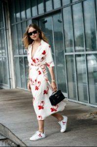 μίντι φόρεμα άσπρο κόκκινο sneakers ντυθείς καλοκαίρι γραφείο