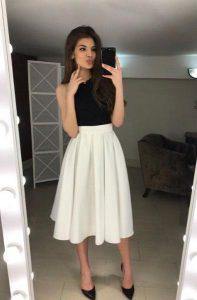 πλισέ λευκή φούστα με μαύρο αμάνικο μπλουζάκι