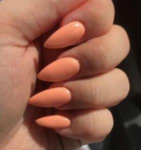 νυτερά νύχια σε καλοκαιρινό χρώμα