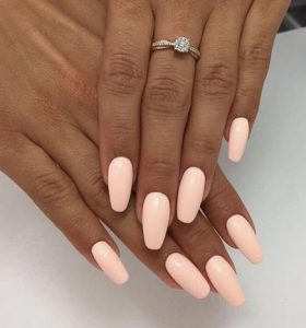 μονόχρωμα γυναικεία νύχια