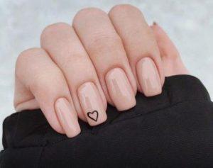 τετράγωνα μπεζ γυναικεία νύχια για το καλοκαίρι