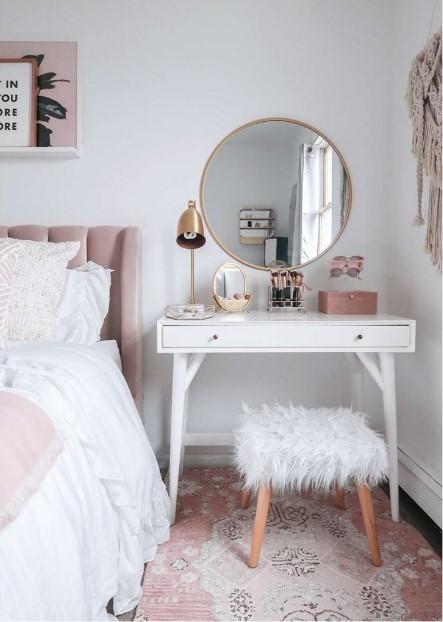 μπουντουάρ κομοδίνο καθρέπτης ροζ διακοσμήσεις μικρό υπνοδωμάτιο