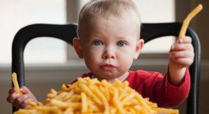 μωρό τρώει πατάτες τηγανητές,ediva.gr