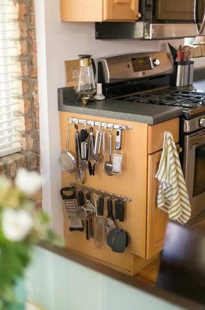 πλαϊνό ντουλάπια κρεμασμένα κουτάλες μπρίκια εξοικονομήσεις χώρο μικρή κουζίνα