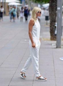 ολόσωμη φόρμα λευκή πέδιλα ντυθείς καλοκαίρι γραφείο