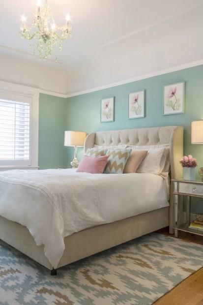παλ χρώματα απαλά κρεβάτι κορνίζες τοίχος διακοσμήσεις μικρό υπνοδωμάτιο
