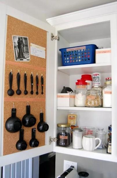 πίνακες φελλού εσωτερικό ντουλαπιού κρεμασμένες κουτάλες εξοικονομήσεις χώρο μικρή κουζίνα