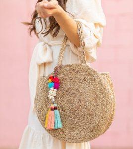 ψάθινη τσάντα στρογγυλή φουντάκια πολύχρωμα