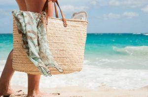 ψάθινη τσάντα παραλία μπεζ μαντήλι