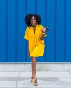 ραντεβού αρχή σχέσης κίτρινο φόρεμα κοντό ψηλά τακούνια