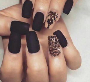 νύχια βαμμένα σε σκούρα χρώματα
