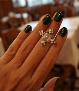 σκούρο πράσινο μανικιούρ για τα νύχια