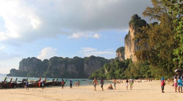 ταϊλάνδη παραλία καλοκαίρι βροχές πλημμύρες πόλεις αποφύγεις