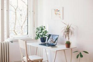 τακτοποιημένος χώρος γραφείο υπολογιστής καρέκλα
