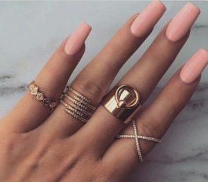 τετράγωνα γυναικεία νύχια με εντυπωσιακό καλοκαιρινό χρώμα