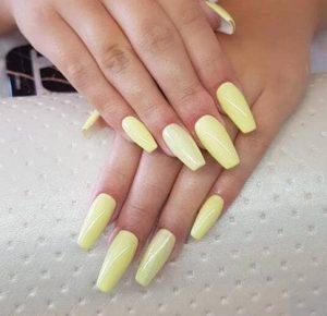 μοντέρνα λεμονί νύχια σε γυναικείο μανικιούρ