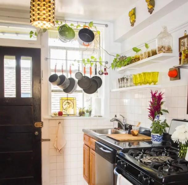 κρεμασμένα τηγάνια κατσαρόλες κουζίνα