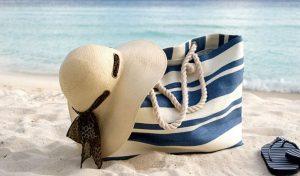 υφασμάτινη τσάντα θαλάσσης ριγέ μπλε μπεζ καπέλο γυαλιά