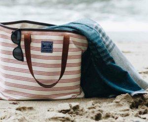 υφασμάτινη τσάντα θαλάσσης ριγέ ροζ μπεζ γυαλιά πετσέτα θαλάσσης