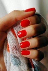 ανοιχτό κόκκινο μανικούρ νύχια καλεσμένη γάμο