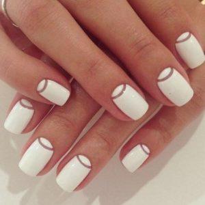 λευκά νύχια άσπρα κοντά χρυσά σχέδια