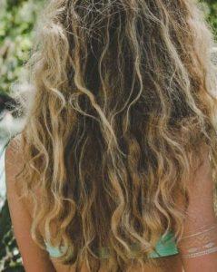χαλαρές μπούκλες μαλλιών