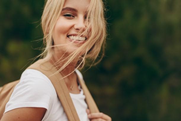 χαμογελαστή κοπέλα