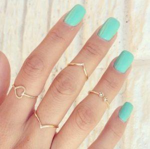 λεπτά δαχτυλίδια χρυσά γαλάζιο μανικιούρ ρούχα και αξεσουάρ διακοπές νησί