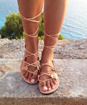 δερμάτινα σανδάλια μπεζ που δένουν ψηλά ρούχα και αξεσουάρ διακοπές νησί
