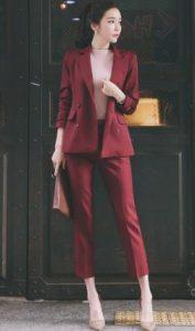 εντυπωσιακό μπορντό κοστούμι