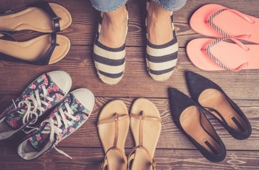 διάφορα ζευγάρια γυναικεία παπούτσια σαγιονάρες σανδάλια αθλητικά πέδιλα γόβες πόδια ιδρώνουν καλοκαίρι