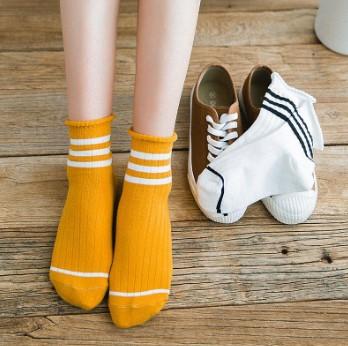 γυναίκα φοράει κίτρινες κάλτσες ιδρώνουν πόδια