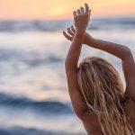 γυναίκα θάλασσα σηκώνει χέρια προστατεύσεις ξανθά μαλλιά καλοκαίρι