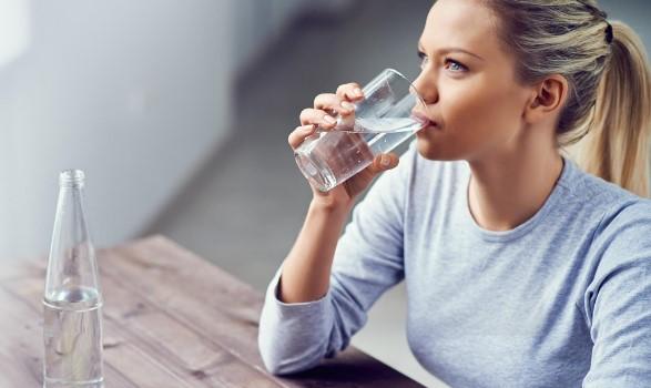 γυναίκα πίνει νερό έντονη δίψα