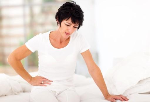γυναίκα πονάει κοιλιά δυσκοιλιότητα σημάδια αφυδατωθεί