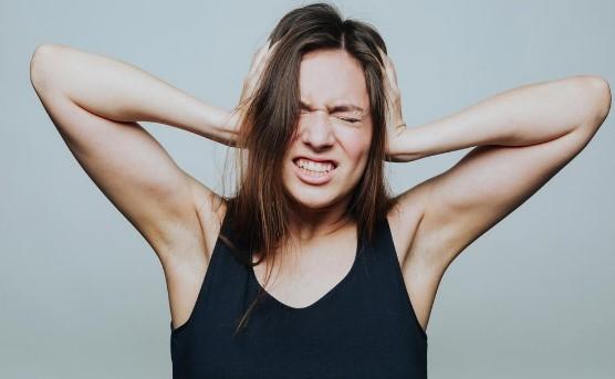 γυναίκα πιάνει κεφάλι πονάει πονοκέφαλος σημάδια αφυδατωθεί