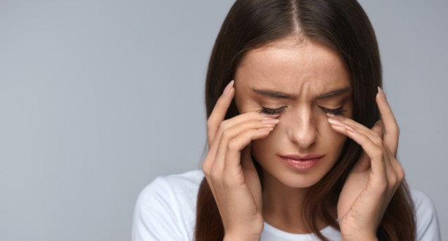 γυναίκα τρίβει μάτια ξηροφθλαμία σημάδια αφυδατωθεί