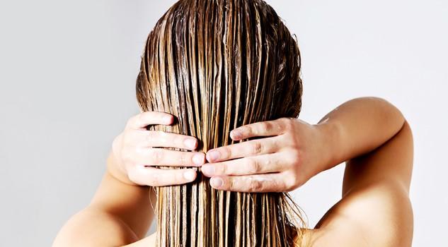 γυναίκα βάζει μάσκα μαλλιών ενυδάτωση προστατεύσεις ξανθά μαλλιά καλοκαίρι