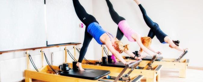 γυναίκες κρεβάτι pilates reformer τέλεια άσκηση