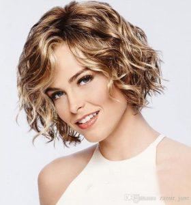 κοντά καστανά μαλλιά με ανταύγειες