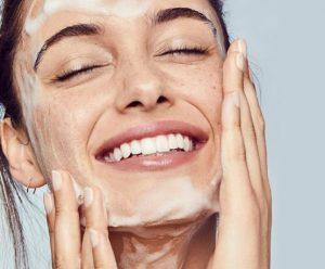 γυναίκα καθαρίζει το πρόσωπο της