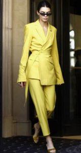κίτρινο γυναικείο κοστούμι με σακάκι που έχει ζώνη