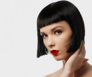 κόκκινο κραγιόν μελαχρινή καρέ μαλλί