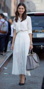 κομψή γυναικεία εμφάνιση με λευκό ντύσιμο
