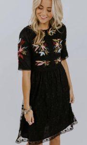 κοντομάνικο μαύρο φόρεμα με σχέδιο στο επάνω μέρος