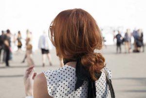 κοτσίδα πιασμένη χαμηλά ατημέλητη τσουλούφια κόκκινα μαλλιά στυλ κοτσίδας καλοκαίρι