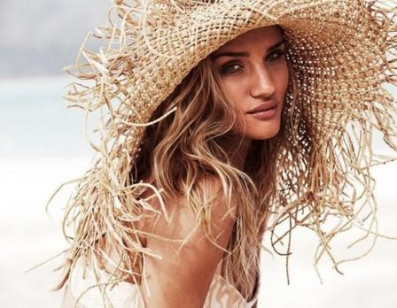 ξανθιά γυναίκα φοράει μεγάλο καπέλο θάλασσα ήλιο
