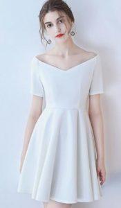 λευκό φόρεμα με λαιμό χαμόγελο